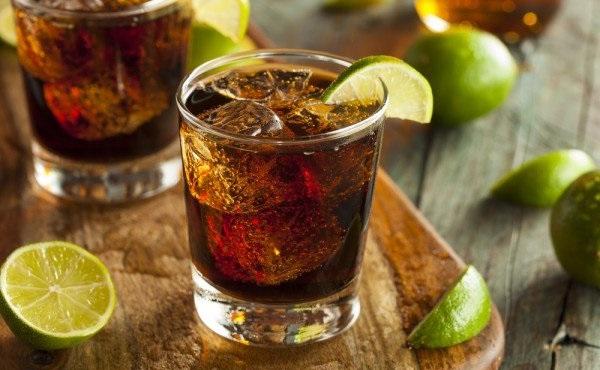 Как правильно пить ром: с чем пьют и чем закусывают напиток пиратов
